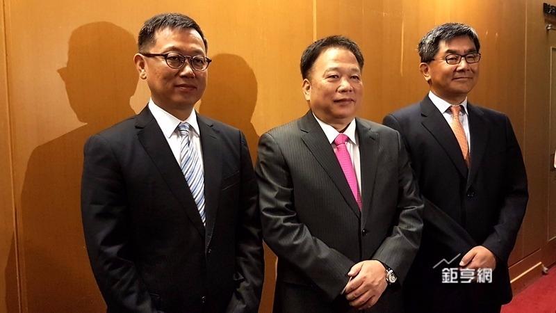 宸鴻董事長江朝瑞(中)總經理鍾依華(右)看好今年營運。(鉅亨網記者楊伶雯攝)