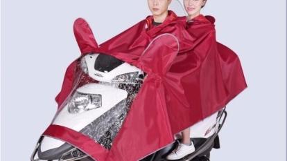 摩托車情侶雨披。(圖:蝦皮拍賣提供)