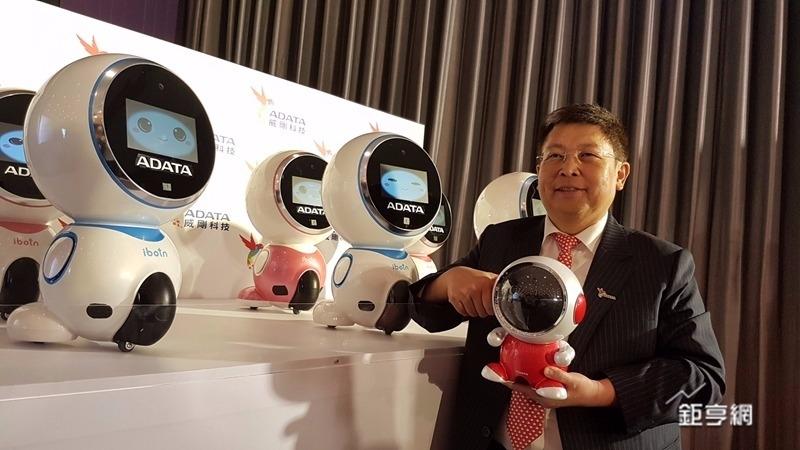 威剛董事長陳立白展示自家機器人產品。(鉅亨網記者楊伶雯攝)