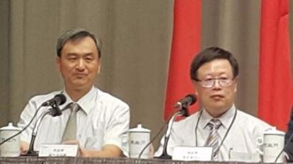 財政部次長吳自心(右)說明貨物稅修正草案內容。(鉅亨網記者宋宜芳攝)