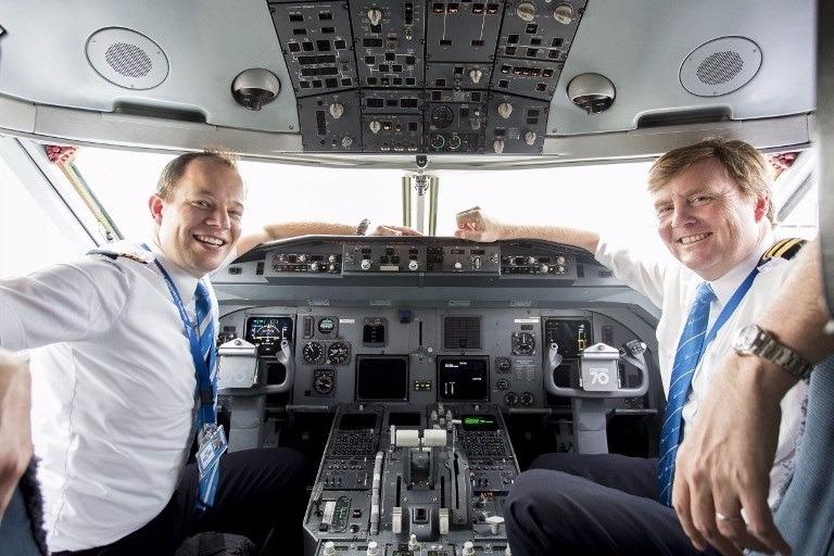 荷蘭國王 (右) 與正機師