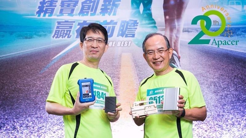 宇瞻董事長陳益世(右)總經理張家騉攜手迎向下一個20年。(圖:宇瞻提供)