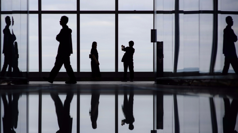 香港近80%百萬富翁認為經濟難測,近半受訪者今年將增持現金。 (圖:AFP)