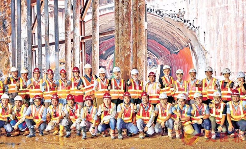港珠澳大橋香港接線觀景山隧道工地的工程團隊及前線人員。 圖片來源:香港文匯報