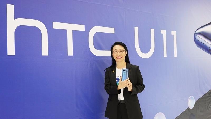 宏達電董事長王雪紅開心展示HTC U11。(圖:宏達電提供)