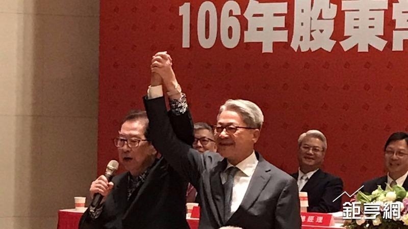 資深股民阿土伯(左)趕場為台新金董事長吳東亮(右)打氣。(圖/台新金控提供)