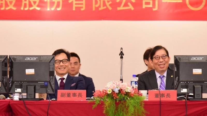 富邦金董事長蔡明興(右)、副董事長蔡明忠(左)共同出席股東會。(圖/富邦金控提供)