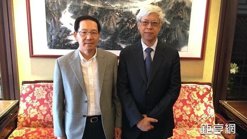 英業達新董事長卓桐華(右)與總經理(左)巫永財。(鉅亨網記者蔡宗憲攝)