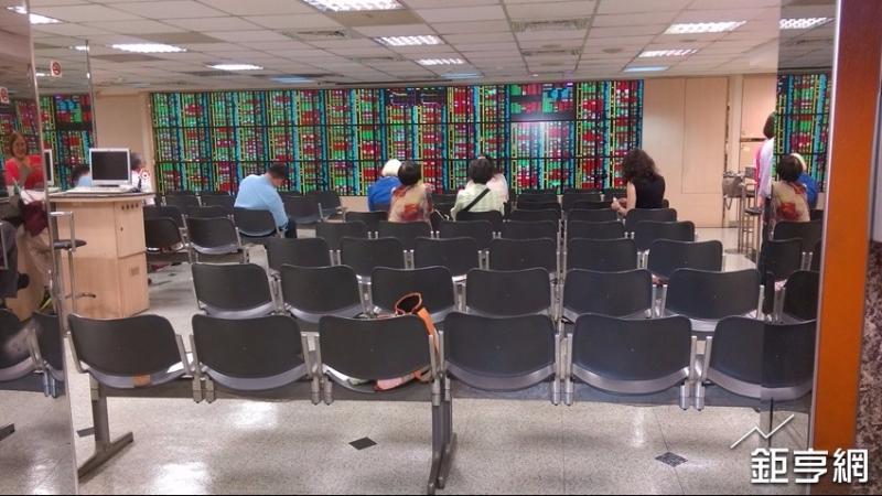 新台幣走貶外資狂敲鴻家軍,台灣50轉買超,三大法人買超30億元。(鉅亨網資料照)