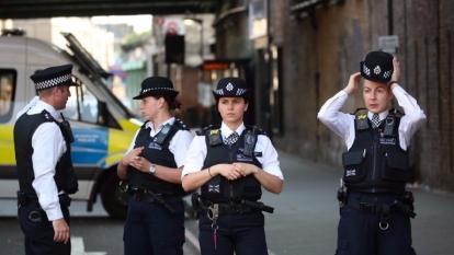 警方在清真寺附近,白色客貨車撞人事件現場調查。 (圖:AFP)