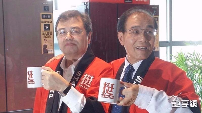夏普社長戴正吳 (右) 圖片來源:CnYes