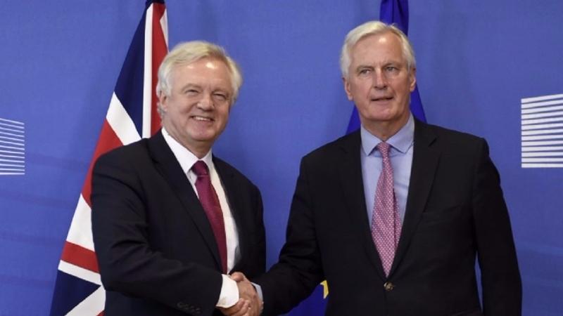 英國脫歐大臣 David Davis (左) 與歐盟首席談判長 Michel Barnier 。(AFP)