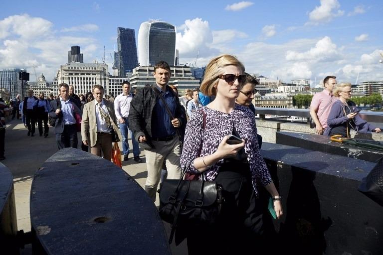圖為倫敦橋行人。(AFP)