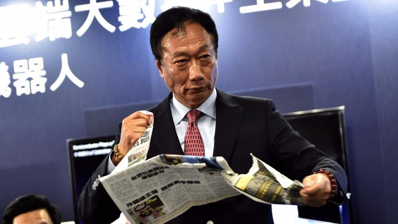 鴻海總裁郭台銘因未買入東芝而撕工商時報 / 圖片來源:afp