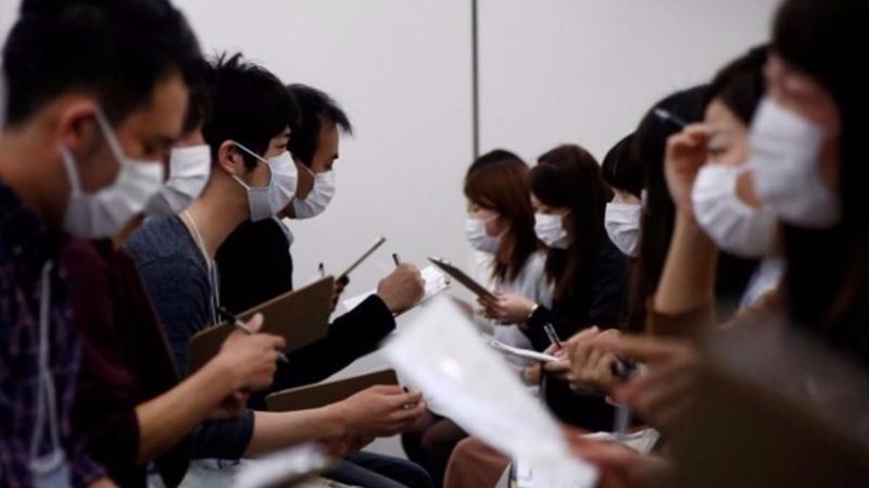 在東京的一場相親活動,戴着口罩的參加者正在互相了解。 (圖取材自網路)