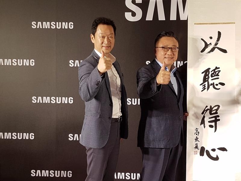 三星行動通訊事業部總裁高東真(右)台灣三星總經理李載燁出席媒體見面會。(鉅亨網記者楊伶雯)