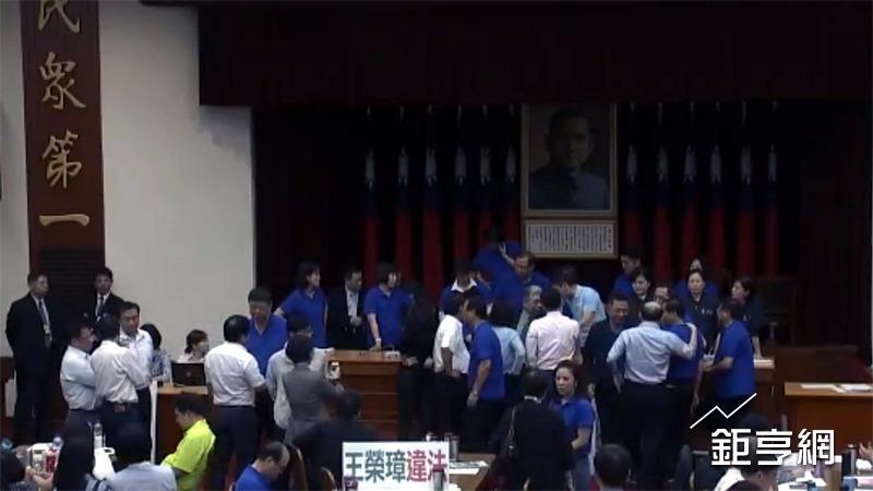 立法院聯席會今天審查前瞻第1期預算,藍營立委強力杯葛,包圍主席台。(鉅亨網記者陳慧菱攝)