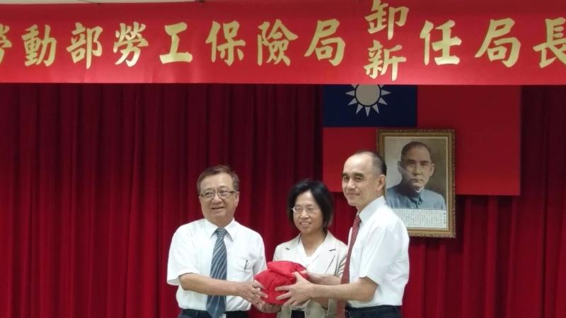 勞工保險局卸任局長羅五湖(左)與新任局長石發基(右)今日交接。(鉅亨網記者宋宜芳攝)