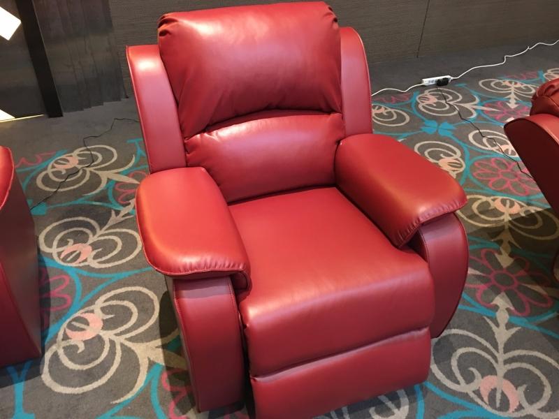 來思達旗下 Simply Cool Living 頭等艙單人電動沙發。(鉅亨網記者王莞甯攝)