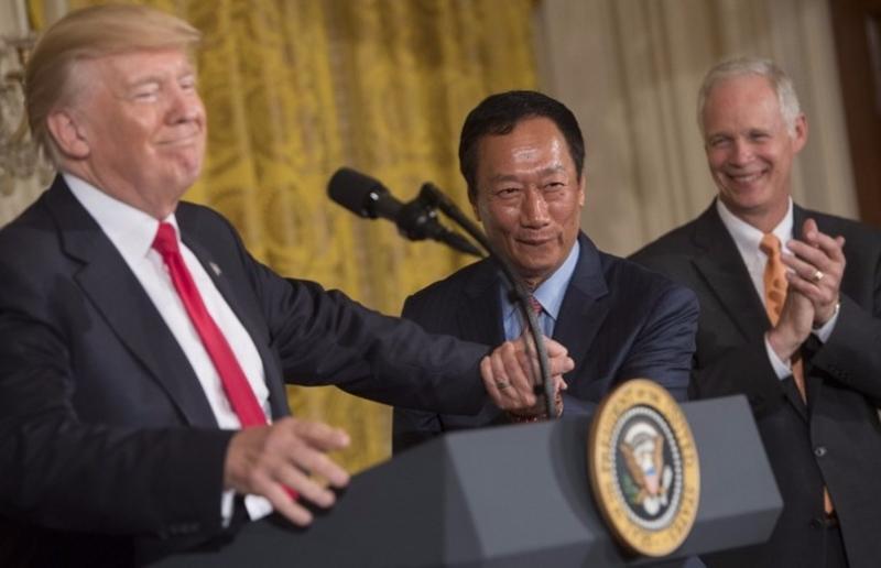 川普讚揚郭台銘是「世界最棒的商人」,郭台銘則稱「他相信美國」。 (圖:AFP)