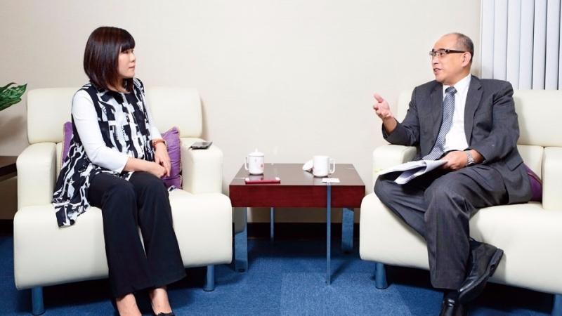 money錢社長李美虹(左)專訪金管會副主委鄭貞茂。( 攝影:張家禎)