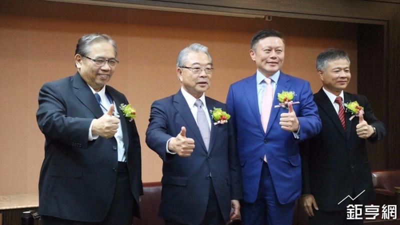 康舒總經理高青山(左)。(鉅亨網記者李宜儒攝)
