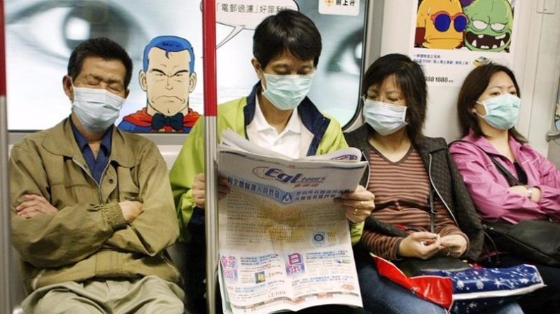 SARS時期,香港居民外出都帶著口罩。  (圖:AFP)