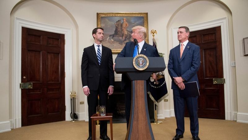 川普與Cotton(左)和Perdue(右)發表RAISE / 圖片來源:afp