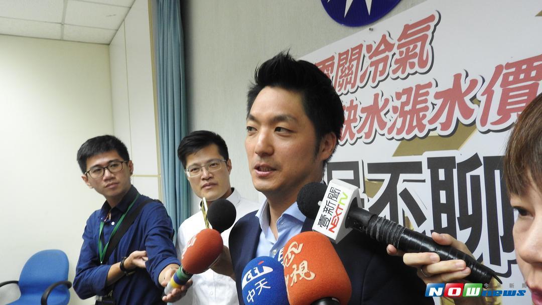 國民黨立委蔣萬安被媒體詢問到主播合照事件,頻頻表示感謝大家關心。(圖/記者戴祺修攝,2017.08.11)