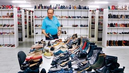 連榮華帶我們走進台中總部,樣品室上萬雙女鞋,是曾賣遍全球的見證;如今營收掉 6 成,柬埔寨產線縮減。(攝影者.楊文財)