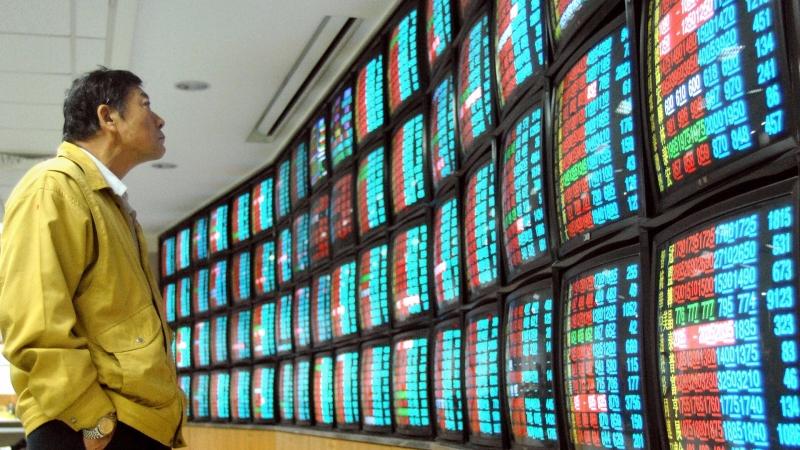 ETF就是搭在巨人的肩膀上,隨大盤上漲賺錢。(AFP)