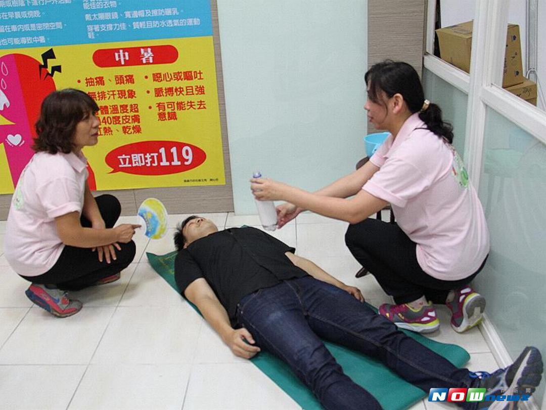 圖說:衛生局保健科示範中暑的處置。(圖/記者郭政隆翻攝)