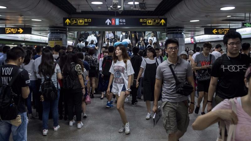 社會新鮮人起薪不高,投保省錢有方法。(AFP)