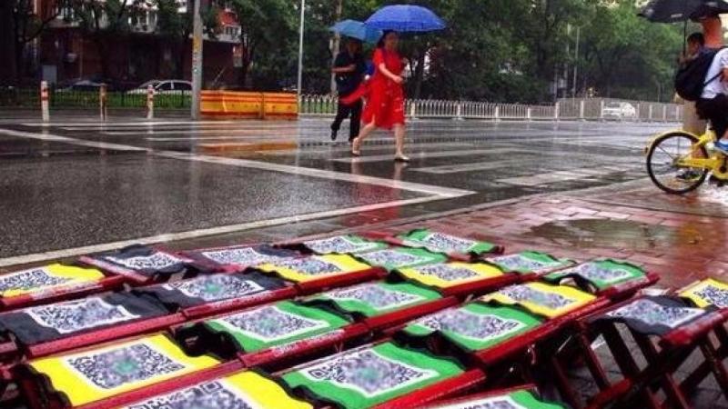 北京公車站附近出現共享馬扎(共享板凳)。(圖取材香港01兩岸網站)