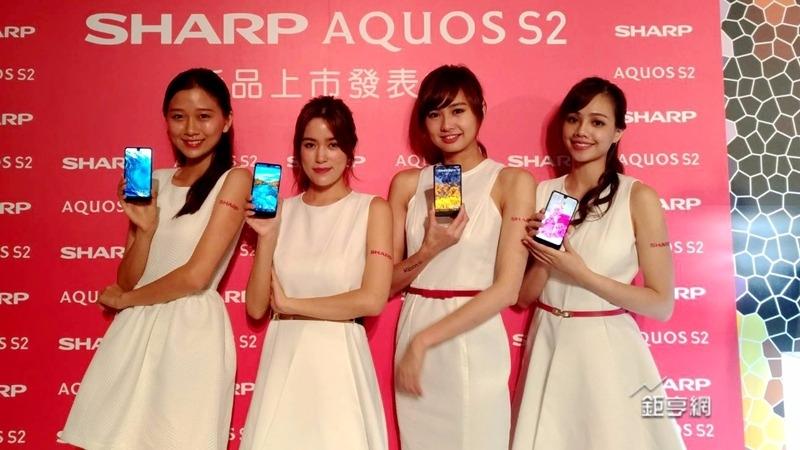 夏普全螢幕手機將由台灣大獨賣。(鉅亨網實習記者高瑜君攝)