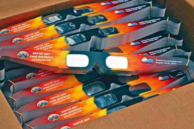 觀看日全食的減光眼鏡熱銷,目前已斷貨。  圖片來源:星島日報