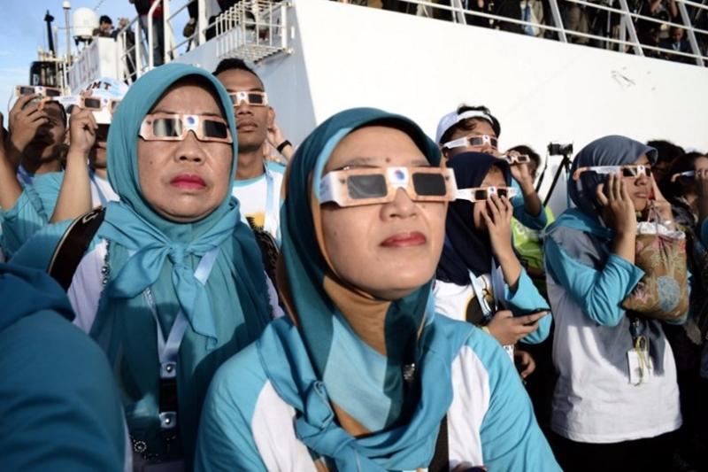 美國太空總署提醒,ISO認證的日食眼鏡才能有效抵擋日食強光。