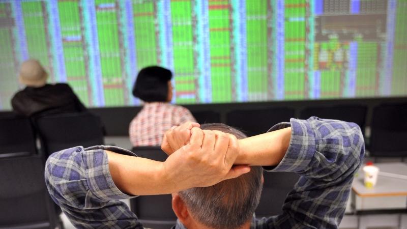 台股盤中—美股大跌衝擊信心 一度跌逾百點 周線恐收黑
