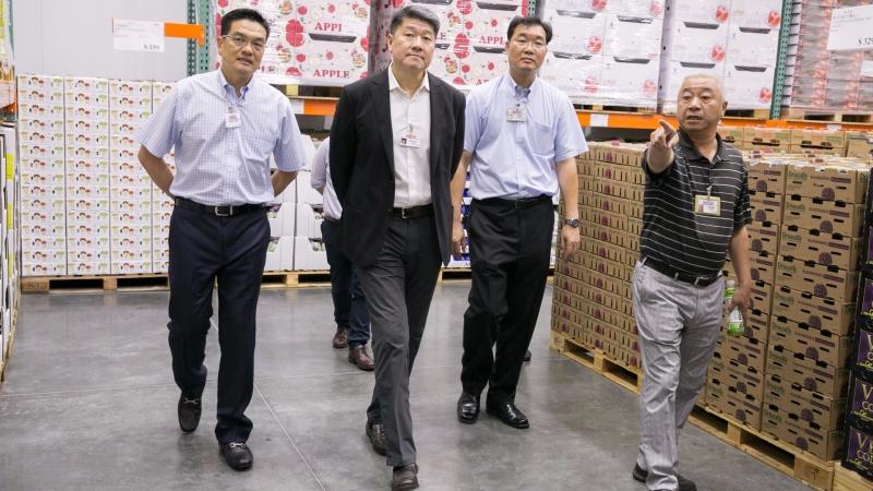 左二:COSTCO亞太區總裁張嗣漢 (時報出版提供)