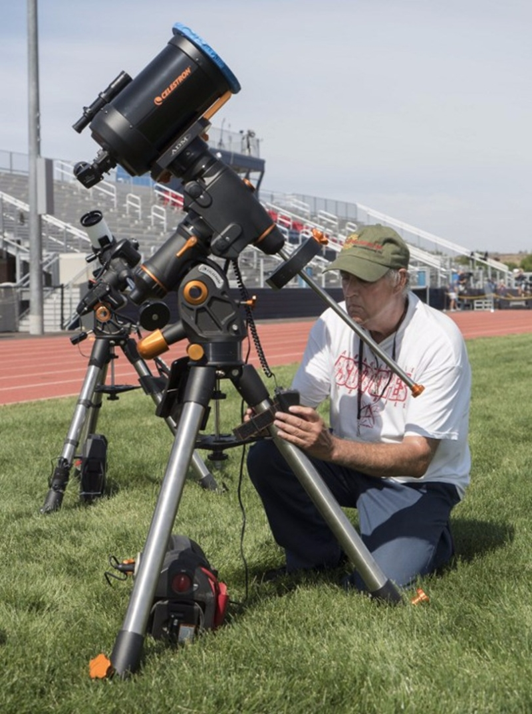 專業觀察家備好器材,準備捕捉百年一遇的天文奇景。  (圖:AFP)