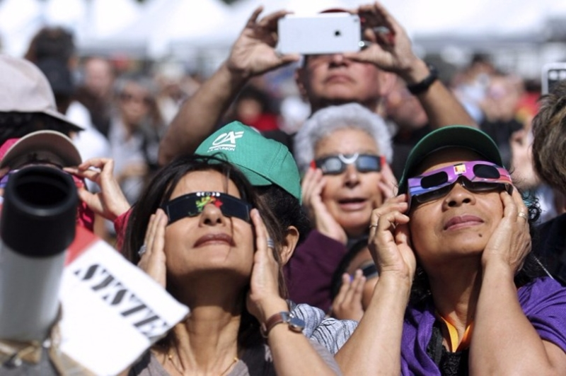 估計吸引 740 萬人爭睹,觀看日全食眼鏡被搶購一空。 (圖:AFP)