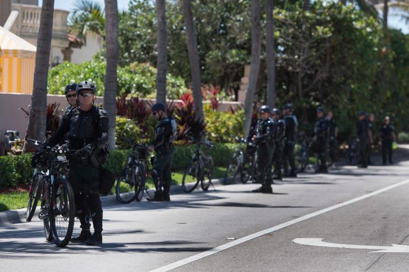 川普今年四月至海湖接見中國領導人習近平,俱樂部外道路上部署多位維安人員。(AFP)
