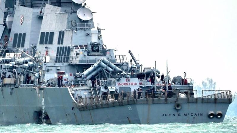 美國導彈驅逐艦「麥凱恩號周一在新加坡外海與一艘油輪相撞。 (圖:AFP)