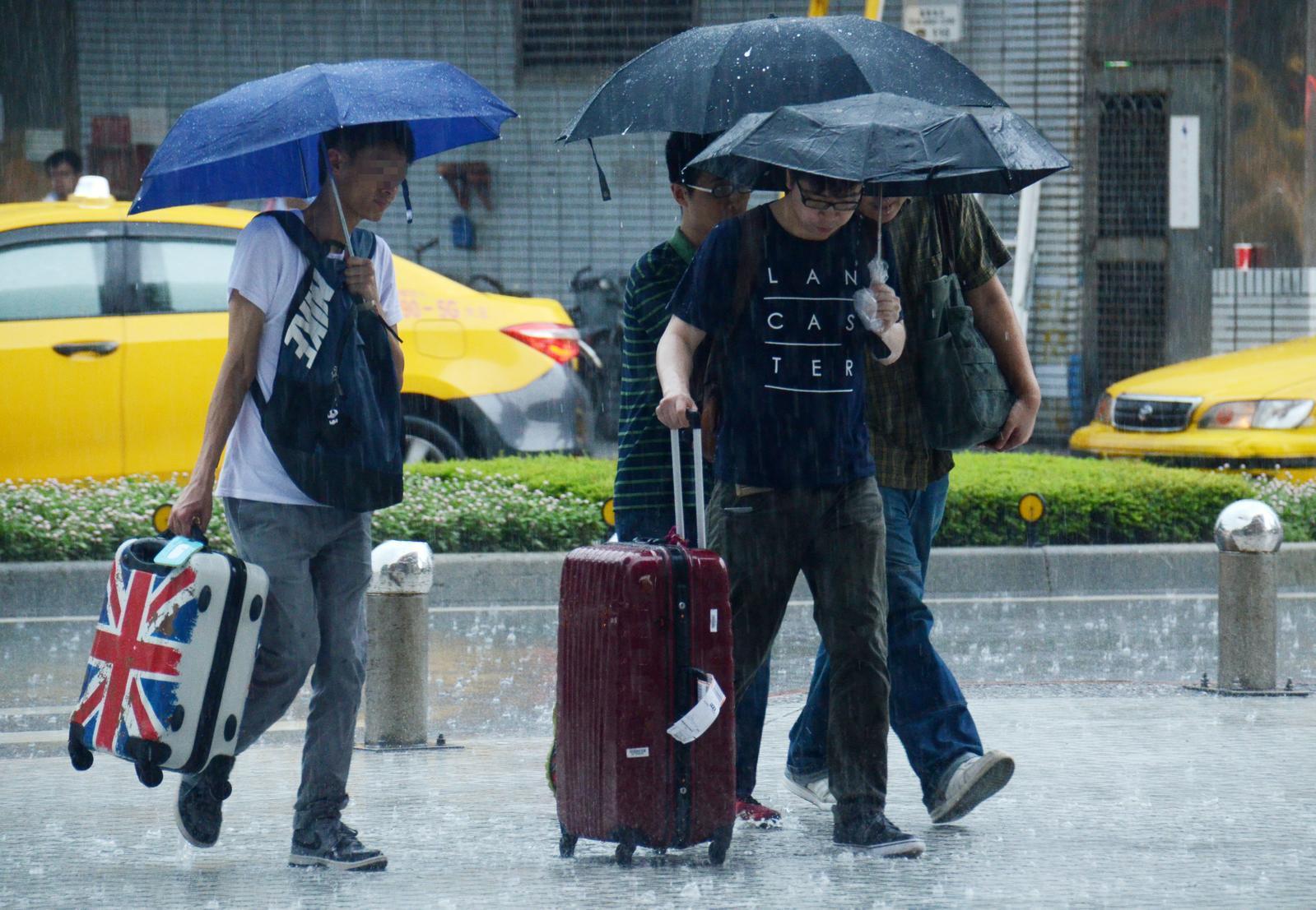 明(24)日全台各地都有短暫陣雨或雷雨發生機率。(圖/NOWnews資料圖)