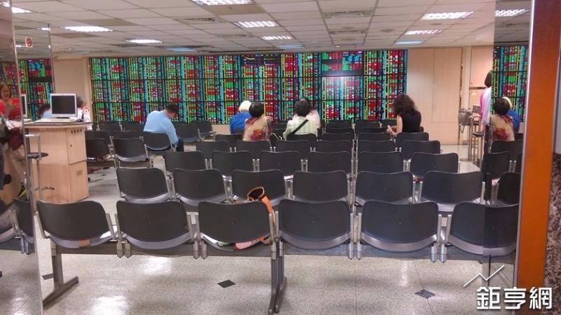 鴻海慘遭外資連6賣,台股攻堅月線缺箭頭,三大法人賣超11億元。(鉅亨網資料照)