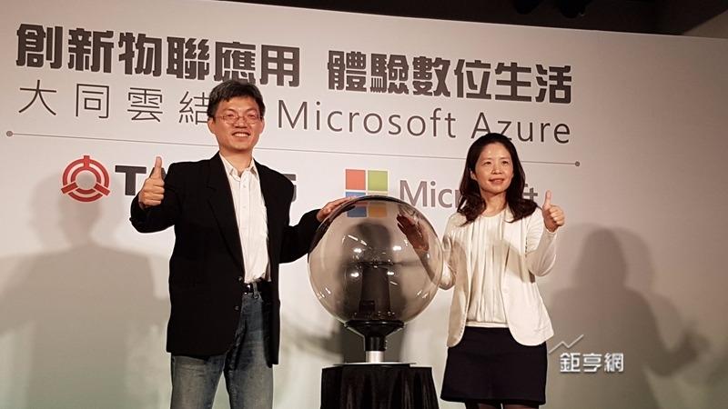 大同3C總經理張忠棋(左)及微軟營運暨行銷事業群副總李玉秀宣布雙方合作。(鉅亨網記者楊伶雯攝)