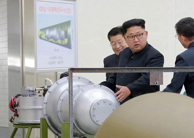 ▲北韓領導人金正恩檢視氫彈照片,金正恩宣稱氫彈的零組件全都在國內自製。(圖/翻攝自網路)