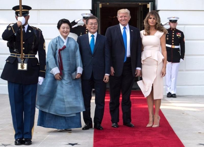 川普與夫人梅拉尼婭6月底在白宮歡迎到訪的文在寅夫婦。 (圖:AFP)