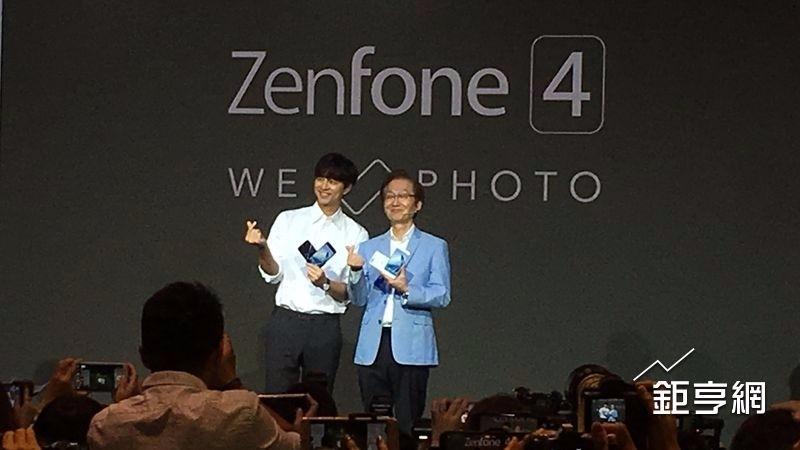 華碩請來「亞洲男神」孔劉(左)與董事長施崇棠(右)一起為新機促銷,並打造孔劉列車,為ZenFone 4銷售動能加溫。(鉅亨網資料照)
