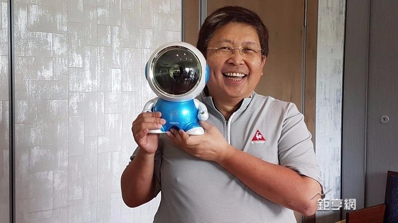 威鋼董事長陳立白拿著新產品。(記者楊伶雯攝)
